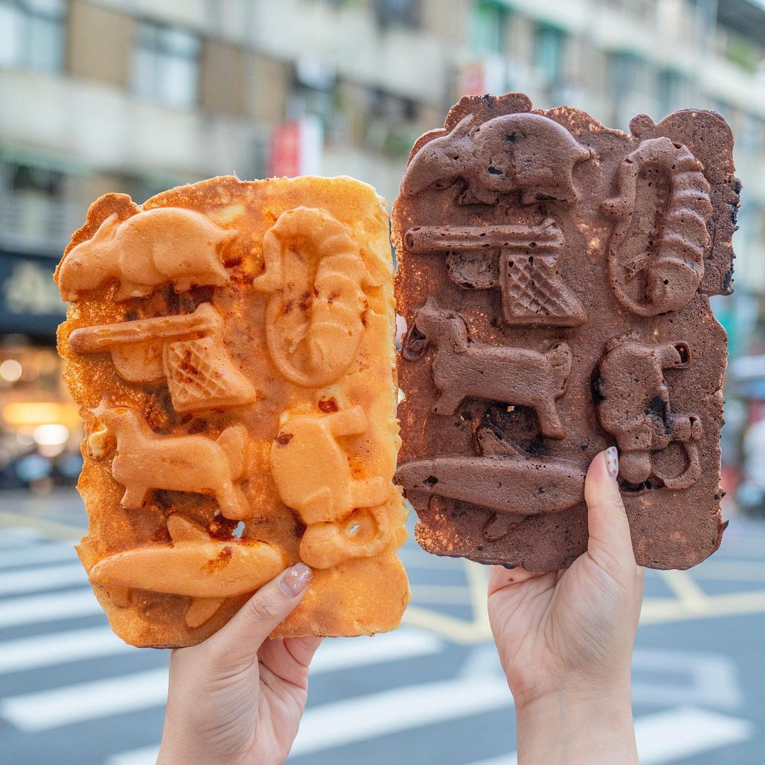 台北信義美食 281雞蛋糕 超欠吃銅板點心!比臉還大「一片式雞蛋糕」,外皮酥脆完全擄獲甜點控的胃!