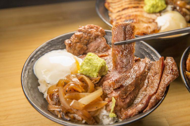 榮炭火|獨家特調黑燒醬,美味丼飯搭配獨家秘方,美味上桌從路邊攤賣到開店面~