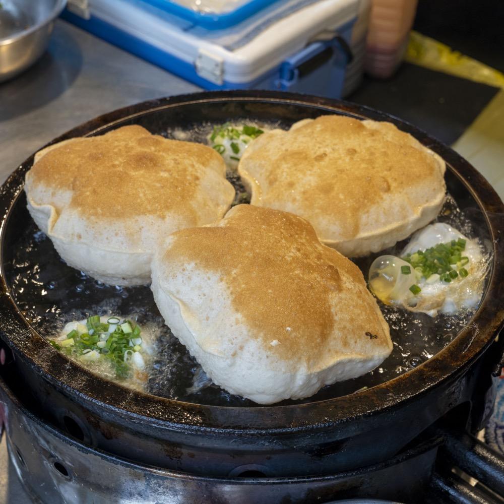 美食/北投溫泉美食 復興公園超吸睛巨無霸「炸彈蔥油餅」 必點雙蛋口味一吃會上癮!