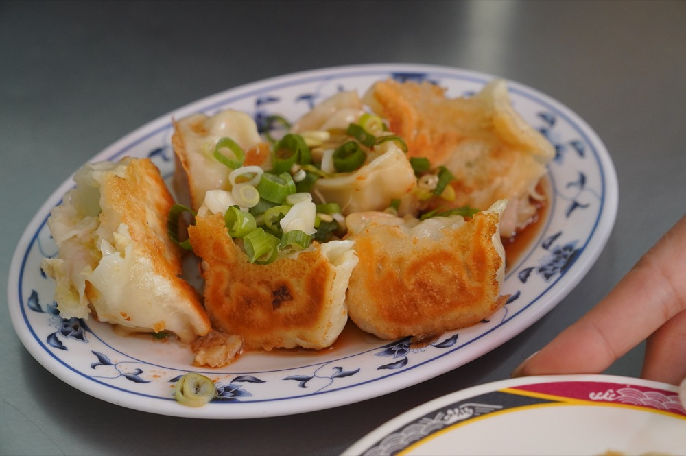 高雄美食 金龍水煎餃|現點現做!在地隱藏版老字號早餐「水煎餃」皮薄酥脆,讓人欲罷不能!