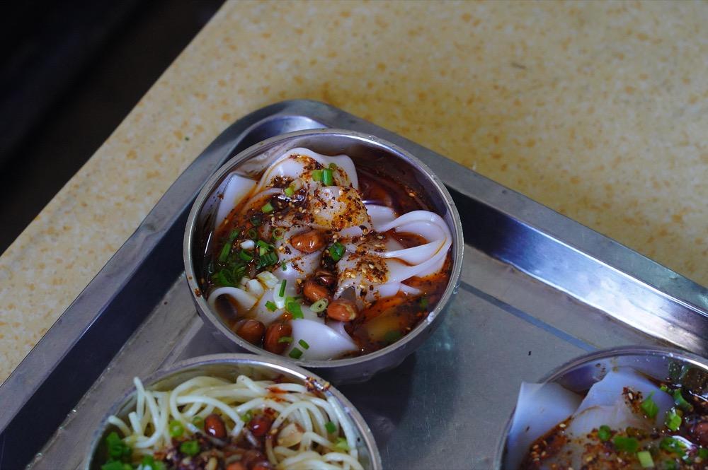 西藏美食 措姆涼粉  拉薩大昭寺周邊人氣美食「措姆涼粉」,搭獨特鹹香「酥油茶」太過癮