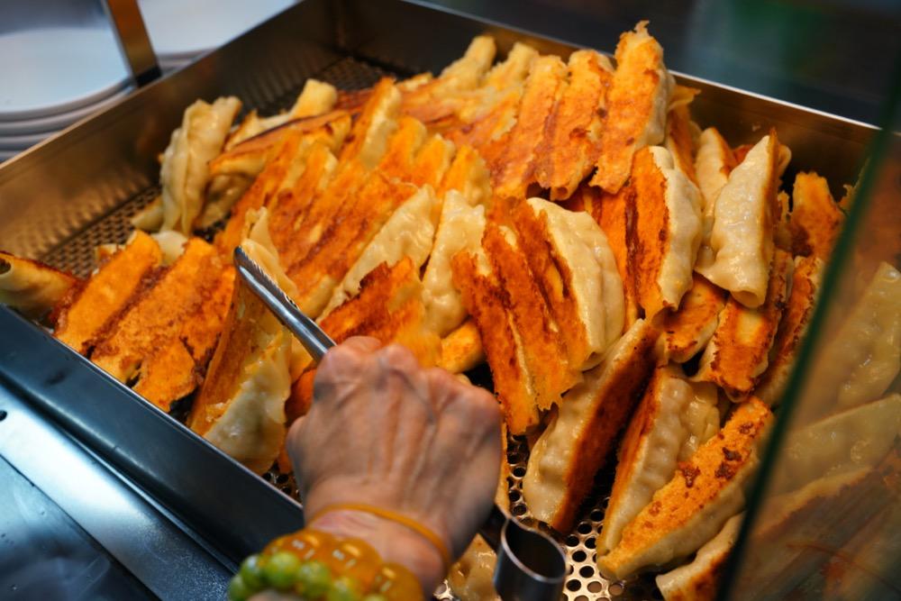 美食/基隆美食 曾家鍋貼煎包|基隆慶安宮人氣「黃金脆皮鍋貼」焦香飽滿真材實料!