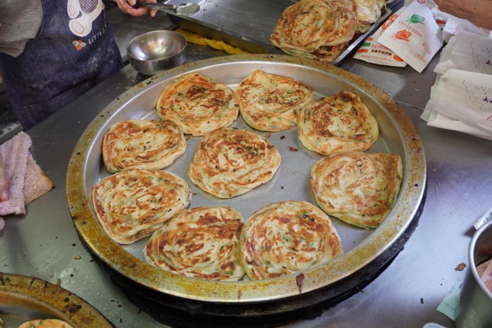 永和美食 早安蔥油餅 永安市場超人氣「蔥油餅、蘿蔔絲餅」,香酥千層用料實在,早餐吃得超滿足!